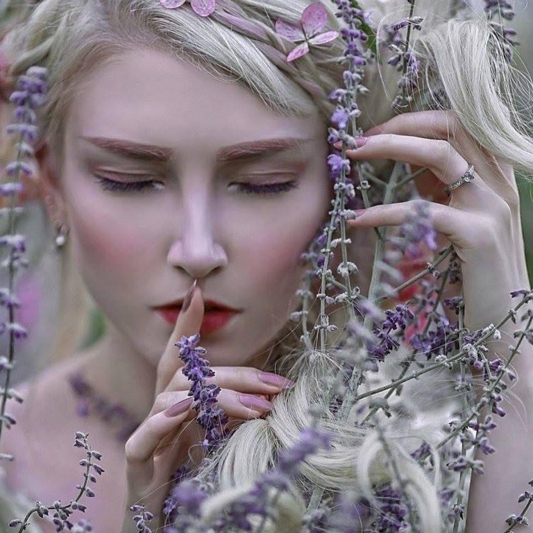 Девушка с закрытыми глазами и сиреневыми цветами, фотограф Agnieszka Lorek