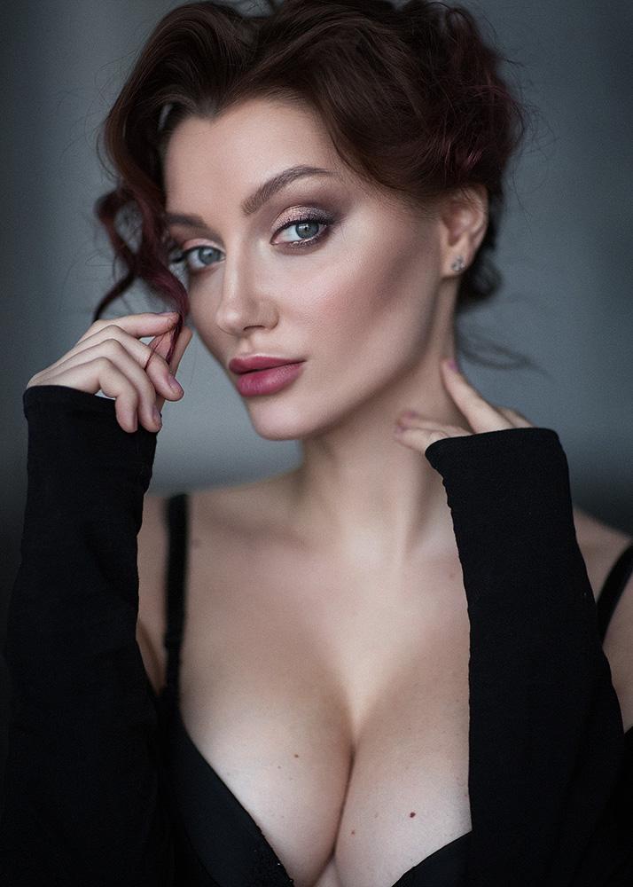 Фото Модель Анна в черном с пышным бюстом. Фотограф Казанцев Алексей