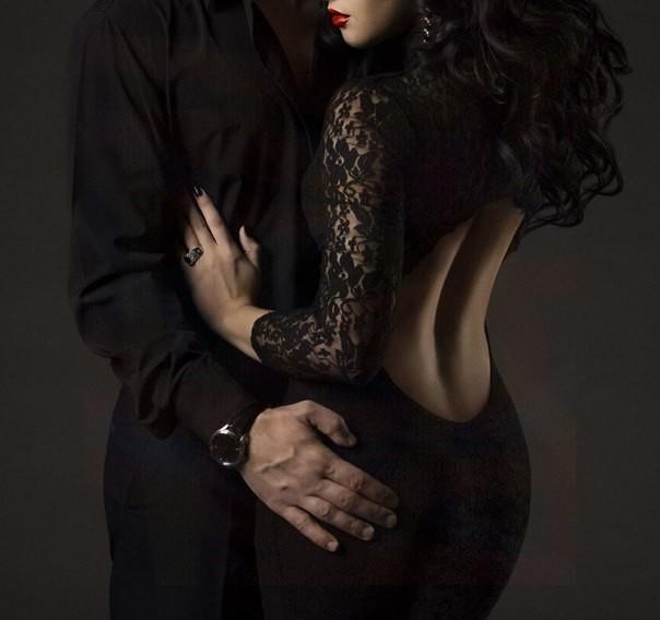 Фото Мужчина в черном обнимает девушку в черном кружевном платье с открытой спиной