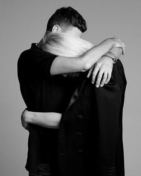 Фото Парень и девушка обнимают друг друга
