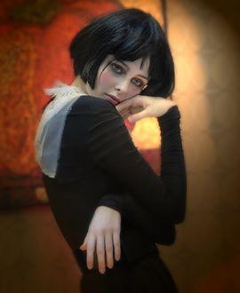 Фото Грустная девушка брюнетка в черном платье