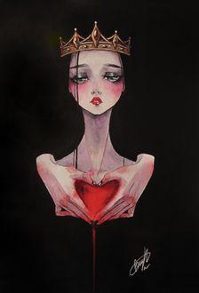 Фото Грустная девушка - принцесса с короной на голове, держит в руках окровавленное сердце на черном фоне
