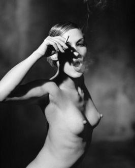 Фото Обнаженная девушка с сигаретой