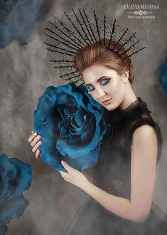 Фото Девушка держит в руках цветок
