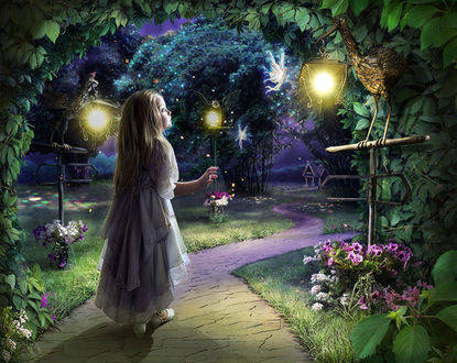 Фото Девочка со светящейся совой в руке стоит на дорожке
