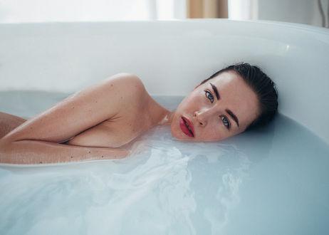 Фото Модель Наташа Максимовская лежит в ванне, фотограф Дмитрий Лобанов