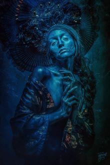 Фото Полуобнаженная девушка в причудливой короне, в синих оттенках, by Peter Brownz Braunschmid