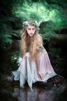 Фото Грустная девушка, в белом платье, в венке из цветов, сидит на камне у воды, на фоне природы, by Carri Angel