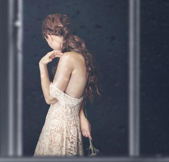 Фото Девушка с оголенным плечом за стеклом с каплями воды, фотограф Michelle Magnoli