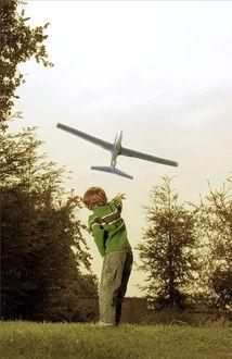 Фото Мальчик запустил самолет
