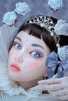 Фото Голубоглазая девочка - кукла с каплями на ней в окружении роз, художник Натали Шау