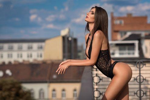 Фото Модель Noemi Kappel в нижнем белье стоит на фоне города, фотограф Stephan Hainzl