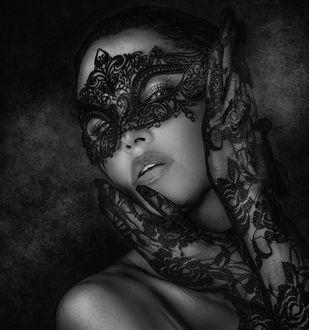 Фото Девушка в ажурной маске и перчатках, фотограф Joachim Bergauer
