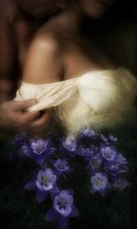 Фото Парень снимает рукав платья девушки
