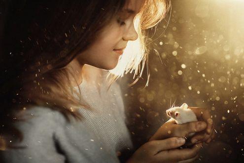 Фото Девочка держит в руках мышку, фотограф Sergey Piltnik
