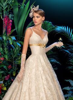 Фото Девушка в белом платье с бабочкой на руке