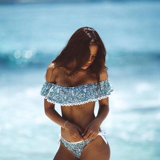 Фото Девушка в купальнике стоит на фоне моря