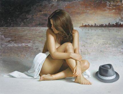 Фото Обнаженная девушка сидит на полу рядом со шляпой, художник Омар Ортиз