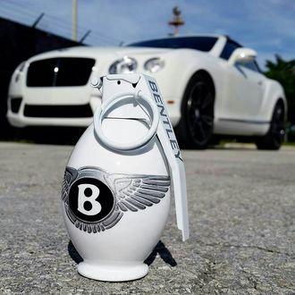 Фото На асфальте стоит граната Bentley, а на заднем плане машина этой же марки