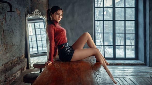 Фото Модель Венера сидит на столе, фотограф Георгий Чернядьев