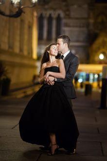 Фото Парень с девушкой стоят на улице вечернего города