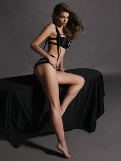 Фото Модель Anna Raise / Анна Райз в черном нижнем белье присела на стол. Фотограф Наталья Воскобойник