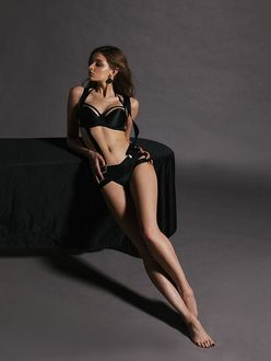 Фото Модель Anna Raise / Анна Райз в черном нижнем белье, смотрит в сторону. Фотограф Наталья Воскобойник