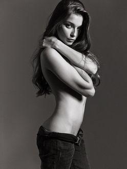 Фото Полуобнаженная Модель Anna Raise / Анна Райз, прикрыла руками грудь