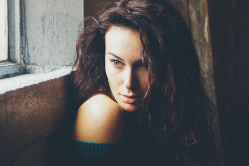 Фото Девушка сидит у стены, by Adolfo Valente