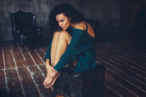 Фото Девушка сидит посредине комнаты, by Adolfo Valente
