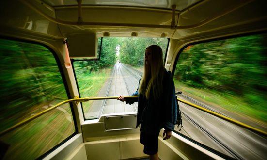 Фото Девушка стоит в вагоне трамвая. Фотограф Ксения Засецкая