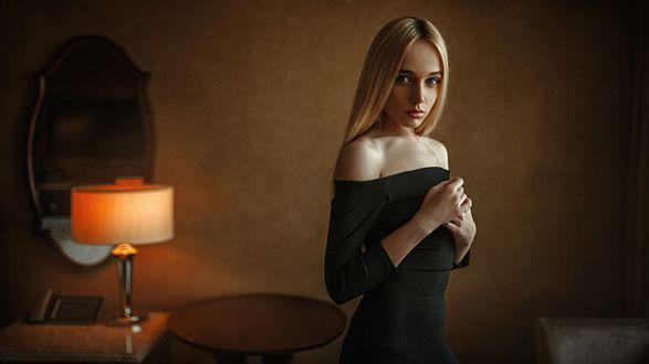 Фото Модель Маша в черном платье стоит в комнате, фотограф Георгий Чернядьев