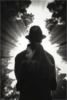 Фото Девушка обнимает парня в шляпе, by Kaslito