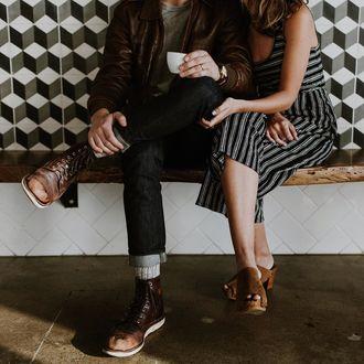 Фото Парень с чашкой в руке сидит рядом с девушкой