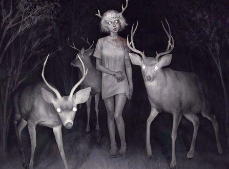 Фото Девочка с рогами в футболке с кровью стоит с оленями в ночном лесу
