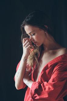 Фото Грустная девушка в красной рубашке, by Adolfo Valente