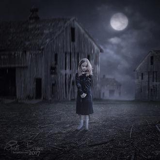 Фото Девочка стоит посреди пустынной улицы со старыми домами, by apanyadong