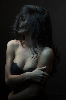 Фото Задумчивая девушка с волосами, прикрывшими ее лицо