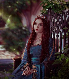 Фото Девушка в короне и синем платье сидит на лавочке, by Irina-Ponochevnaya