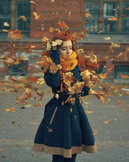 Фото Девушка под падающей листвой, by LinkyQ