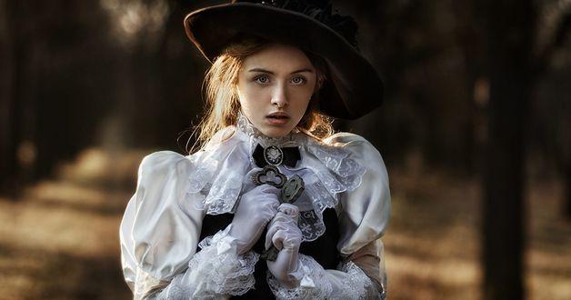 Фото Девушка в шляпке, с украшениями, держит ключи в руках. Фотограф Вика Бежан