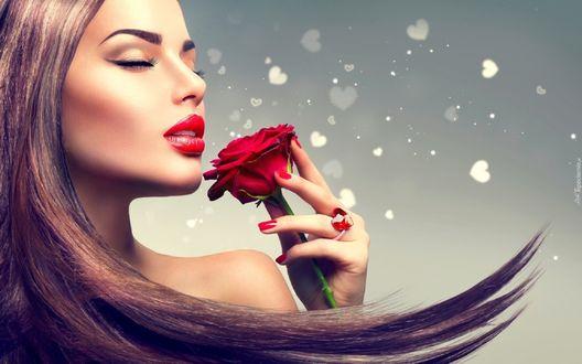 Фото Портрет красивой девушки с закрытыми глазами, с розой в руке на сером фоне, с сердечками