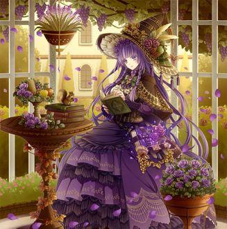 Фото Девушка с сиреневыми волосами, в сиреневом платье и шляпе с цветами, с книгой в руках