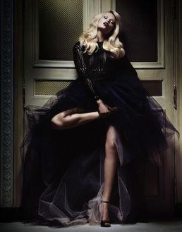 Фото Модель Natasha Poly стоит у двери, by Daniele & Iango