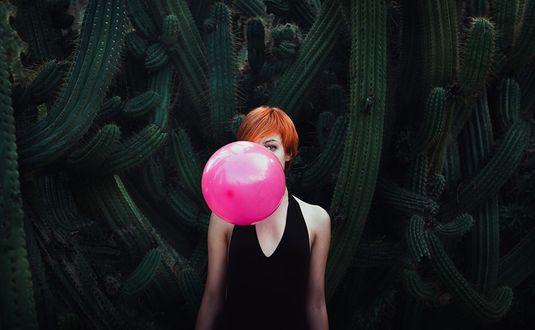 Фото Девушка с воздушным шаром на фоне кактусов, by Ibai