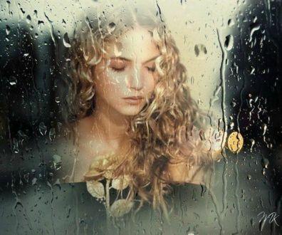 Фото Грустная девушка с закрытыми глазами, с золотой розой за дождливым окном