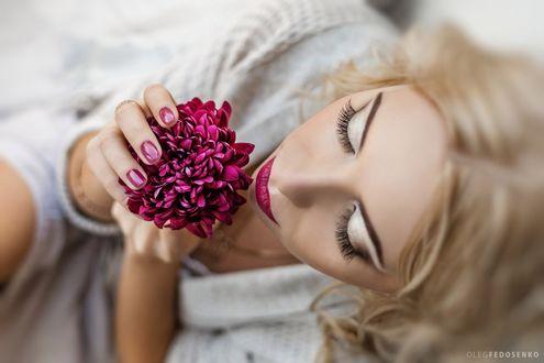 Фото Светловолосая девушка с закрытыми глазами с цветком в руках. Фотограф Олег Федосенко