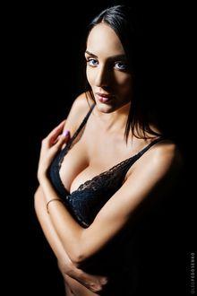 Фото Темноволосая модель Диана с голубыми глазами в нижнем белье на черном фоне. Фотограф Олег Федосенко