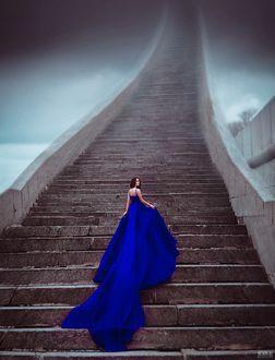 Фото Девушка в длинном голубом платье стоит на ступеньках, фотограф Светлана Беляева