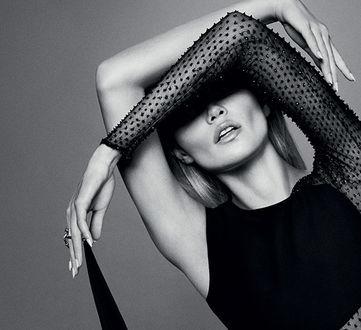 Фото Модель Natasha Poly держит руки у лица, by Txema Yeste